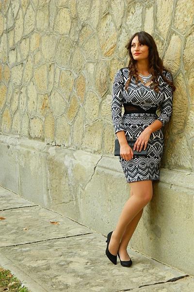 black clutch LOREAL bag - white aztec bodycon Hybrid dress