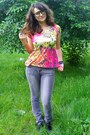 Hot-pink-house-of-art-t-shirt-heather-gray-takko-jeans
