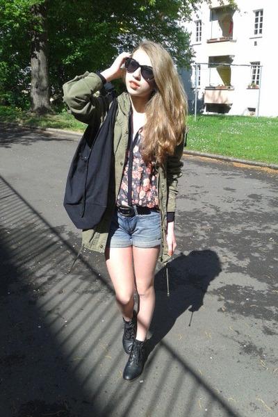 black glasses - black heel boots - parker jacket - big black bag - basic shorts