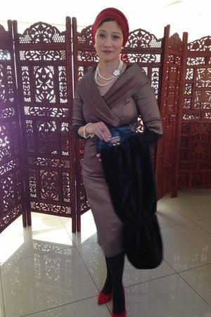 red Guess shoes - beige Queenspark dress - Louis Vuitton scarf