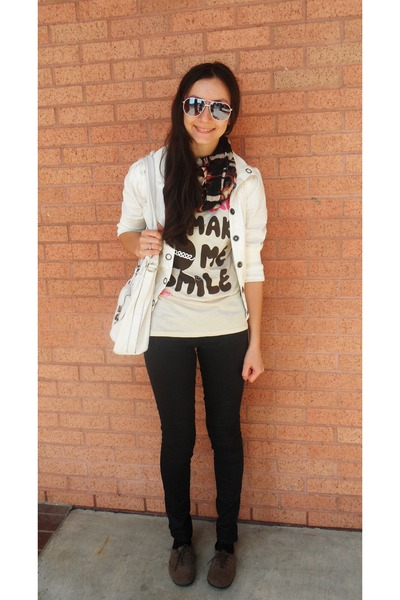 eggshell t-shirt - light brown shoes - black jeans - ivory jacket