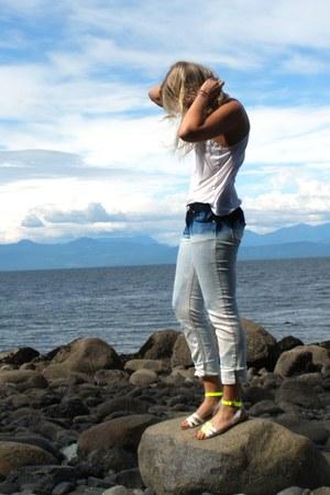 dip dye jeans - tank shirt - neon Aldo sandals