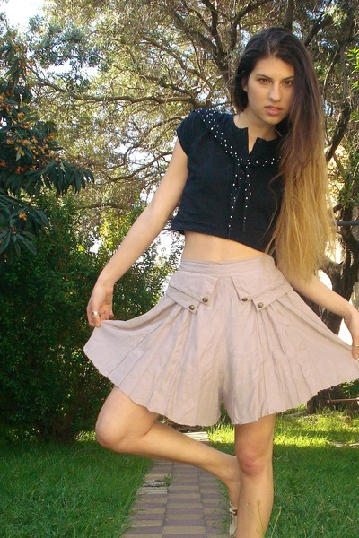 beige vintage skirt - beige shoes - black vintage t-shirt