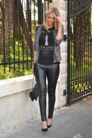 black chain Stradivarius bag - black Mango t-shirt
