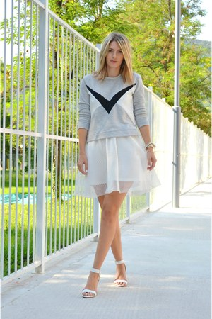 white mesh Front Row Shop skirt - heather gray Stradivarius sweatshirt