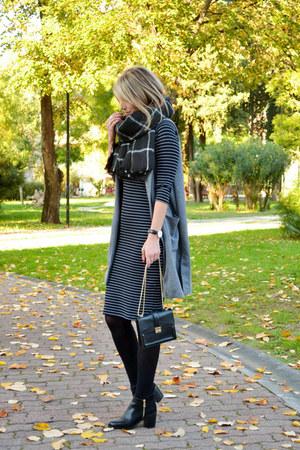 black ankle boots Stradivarius boots - black striped Zara dress