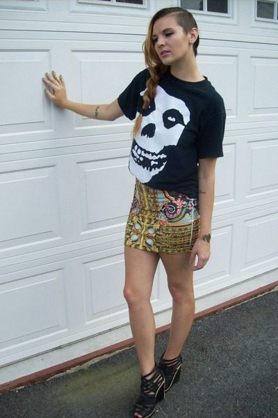 gold mirror print Forever21 skirt - black misfits t-shirt - black NYCLA wedges