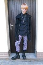 silver floral print Gate jeans - black Invader boots - black New Yorker coat