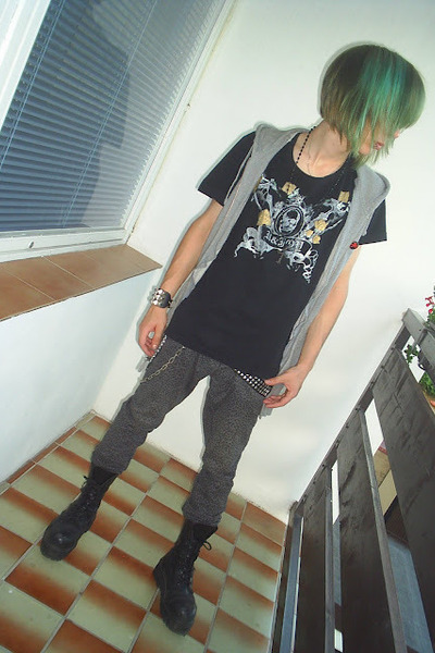 black offbrand t-shirt - black Invader boots - heather gray New Yorker jeans