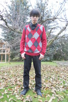 black Deichmann shoes - black Levis jeans - ruby red thrifted sweater