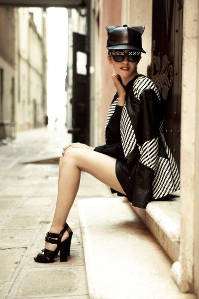 black leather Samantha De Reviziis hat - white Vladimiro gioia jacket