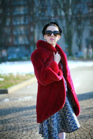 brick red fur mink Carlo Ramello coat - black Dolce & Gabbana sunglasses