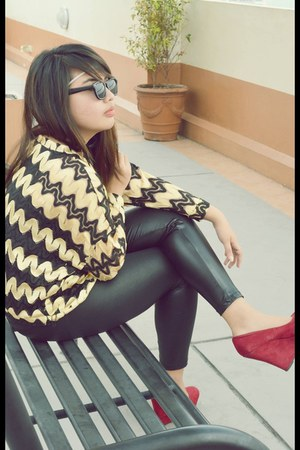 black Zara leggings - gold BottomLine top - black Ray Ban glasses
