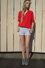 Red-blouse-blue-f21-shorts-beige-vintage-shoes-beige-hat