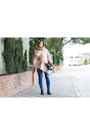 Uterque boots - Levis jeans - Mango scarf - Adolfo Dominguez bag