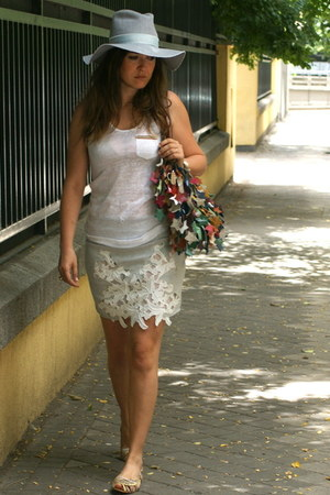 Zara skirt - Zara hat - Victorio Otter bag