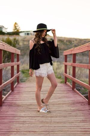 black Charlotte Russe hat - ivory Charlotte Russe shorts
