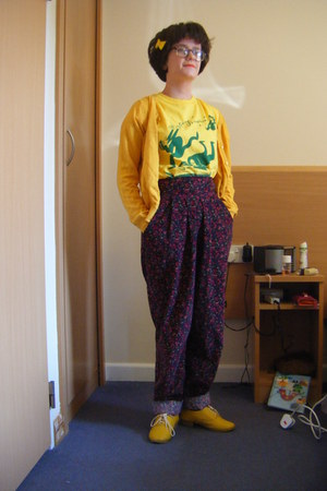 gold yellow shoes - brick red Laura Ashley pants