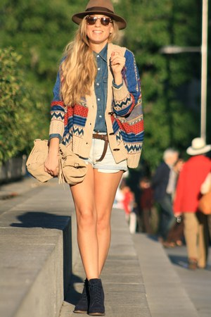 Coosy cape - Pilar Burgos boots - Primark shirt - Zara shorts