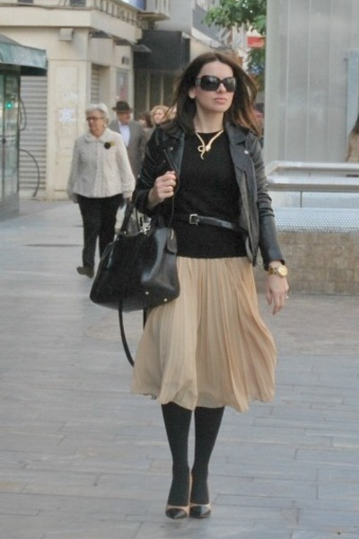 nude pleated skirt Mango skirt - black leather jacket Pull & Bear jacket