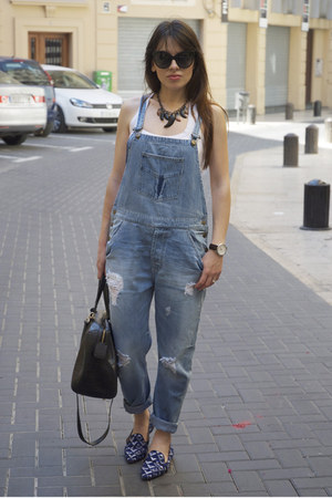 blue dungaree Zara jeans - black bowling coco Bimba &amp; Lola bag