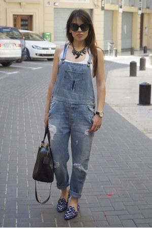 blue dungaree Zara jeans - black bowling coco Bimba & Lola bag