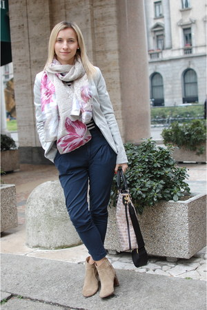 Kenzo scarf - Massimo Dutti boots - Moschino bag - Zara pants - H&M t-shirt