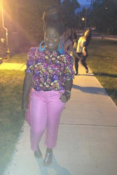 floral blouse - pink pants - earrings