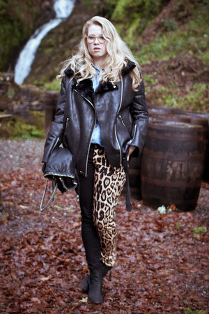 camel tripp jeans - black boots - black Style Nanda jacket - black bag