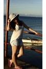 Bazaar-hat-pink-victoria-secrets-shorts-bebe-top-flip-flops-havaianas-sand