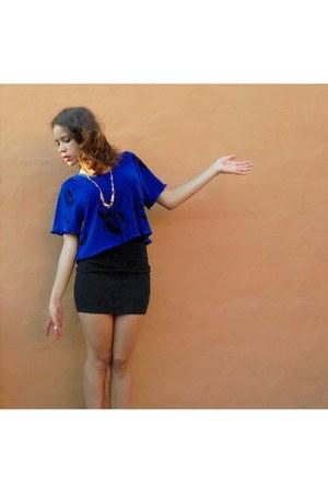 gold vintage necklace - blue cropped silk vintage t-shirt