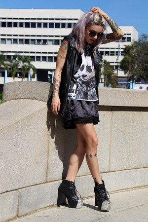 black spiked Jojo cat boots - black c&a shirt - black zeroUV sunglasses