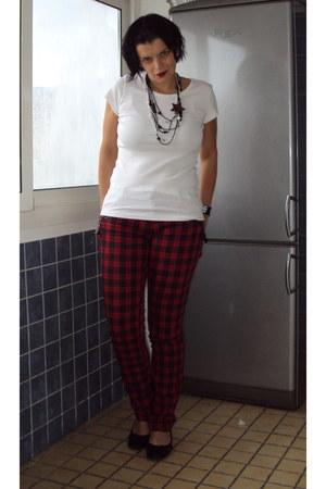 white basic H&M shirt - black plastic beads no brand necklace - black ballet fla