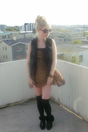 brown leopard vintage dress - black vintage shoes
