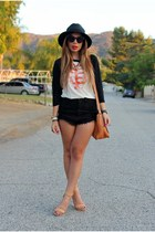 white vintage t-shirt - black daily look shorts - camel daily look heels