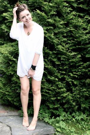 white Monki t-shirt - gold vintage necklace
