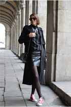 black H&M Trend jacket - red Converse sneakers