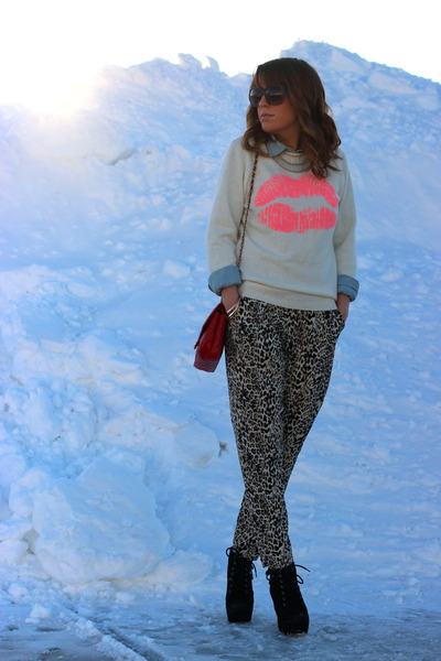 bubble gum lips Forever 21 sweater - black Bakers boots