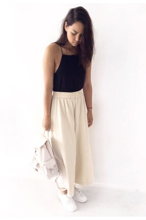 black cotton top - beige leather Mango bag - beige cotton H&M Trend pants