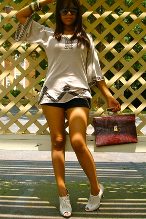 BCBG top - forever 21 shorts - thrifted shoes - thrifted purse - vintage accesso