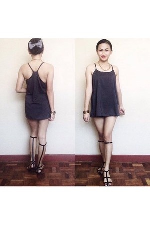 gray top - black Accessorize sandals - mustard necklace