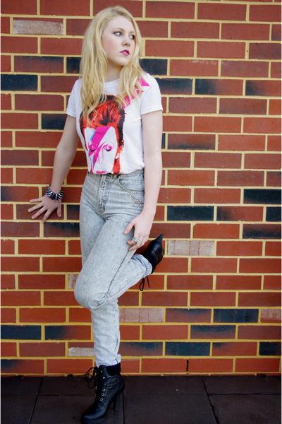 t-shirt - boots - jeans