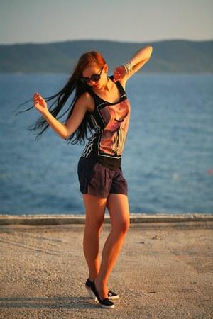 black sunglasses - navy shorts - black t-shirt - black heels