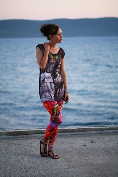 hot pink leggings - charcoal gray t-shirt - black sandals