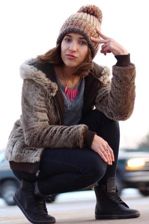 black Levis jeans - light brown H&M hat
