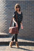 tawny Steve Madden wedges - black Target shirt - black H&M pants