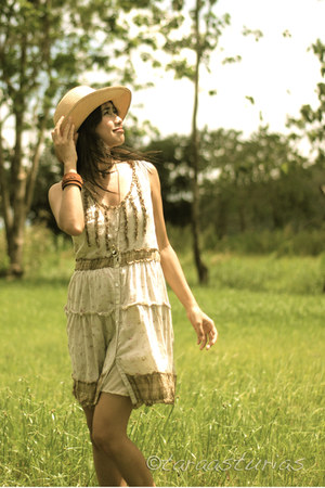 brown Accessorize hat - beige Promod dress