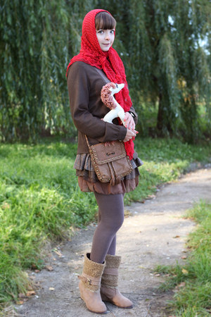 camel Ok la boots - dark green Ok la dress - red Ok la scarf