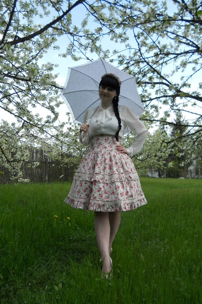 light pink floral print Bodyline skirt - white humanic pumps