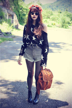 star sweater - boots - backpack bag - denim shorts shorts